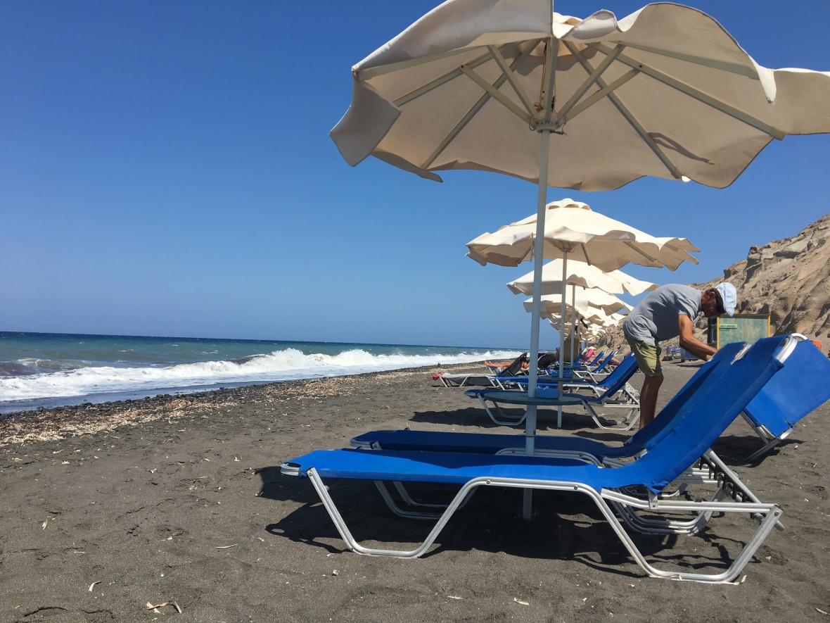 santorini-black-sand-beach-baxedes1