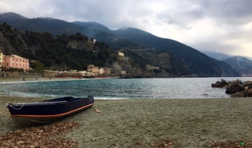 monterosso-old-town-boat